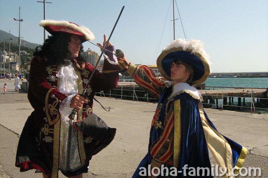 Фотография 2009 года - Ялта, Крым - я и Фил изображаем мушкетеров)))