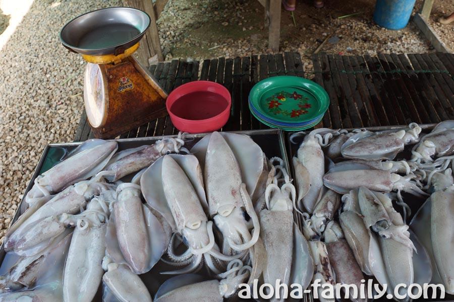 Кальмары средних размеров на рынке в Ао Нанге