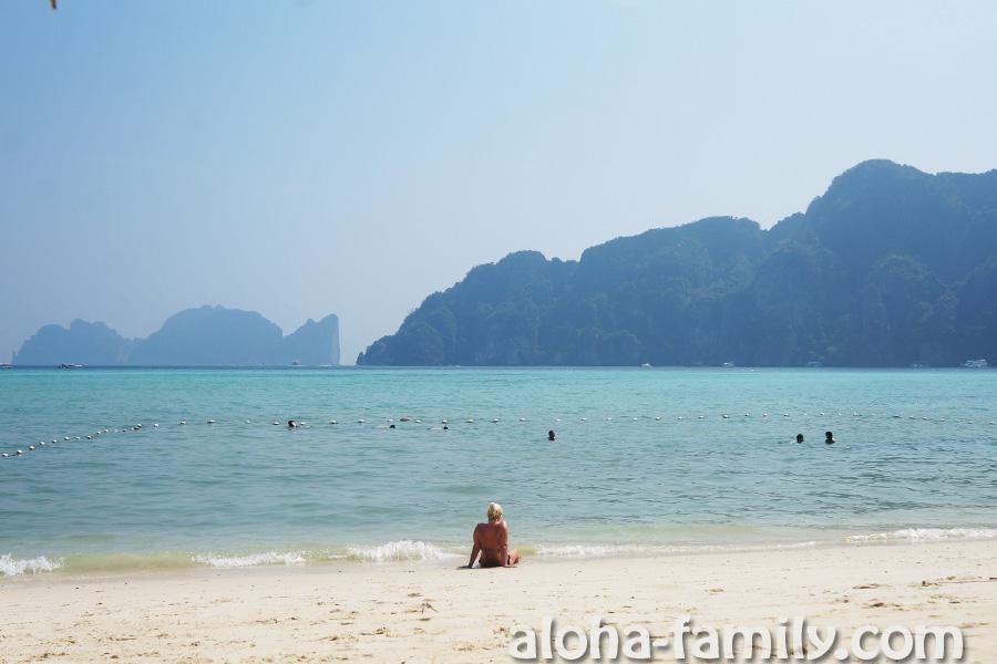 На Tonsai Bay места для купания мало - везде все занято лодками, зато видно красивый силуэт острова Пи-Пи Лей