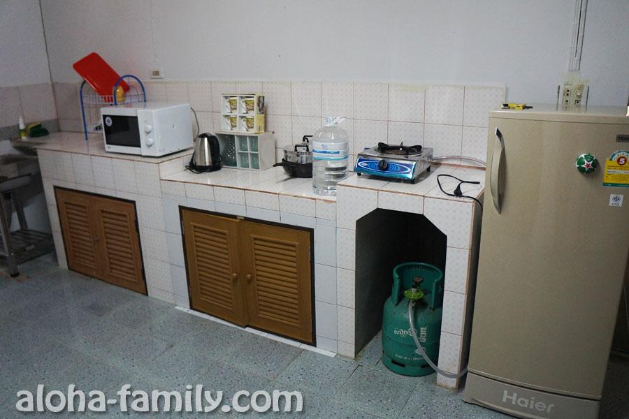 На кухне есть все, но есть проблема с раковиной и невидимой дверцей морозильника :)