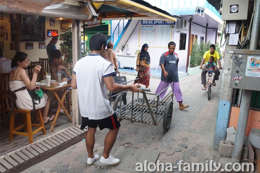 Основные виды транспорта на Phi Phi Don - велосипед и телега
