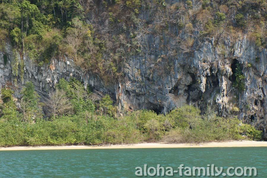 По дороге встречаются необжитые человеком дикие маленькие пляжики с пещерами и сталактитами
