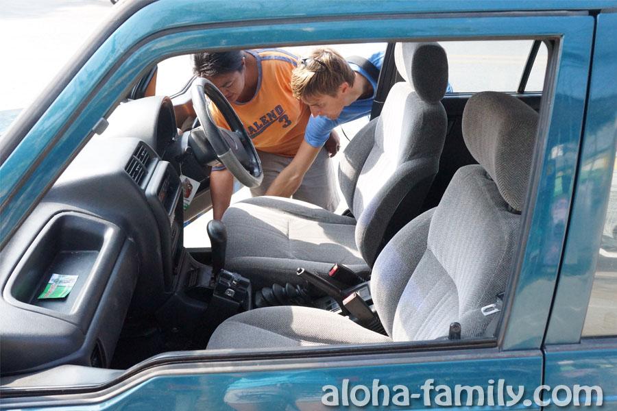 Прохожу инструктаж по праворукому автомобилю Suzuki Vitara