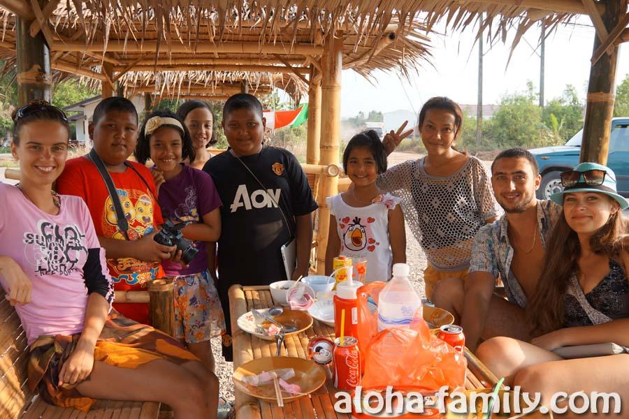 Весёлая тайская семья и их кафе недалеко от Emerald Pool