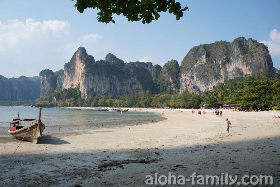 Вот та самая тень, в которой можно спрятаться от 35-градусной жары, но большинство туристов пренебрегли этой возможностью, потому что здесь не покупаешься во время отлива!)