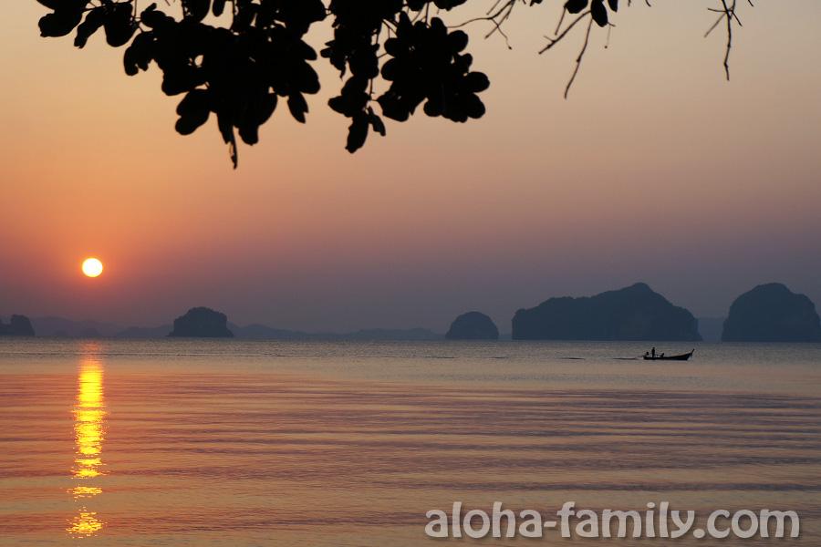 Закат, острова и лодка недалеко от пляжа Tub Kaek