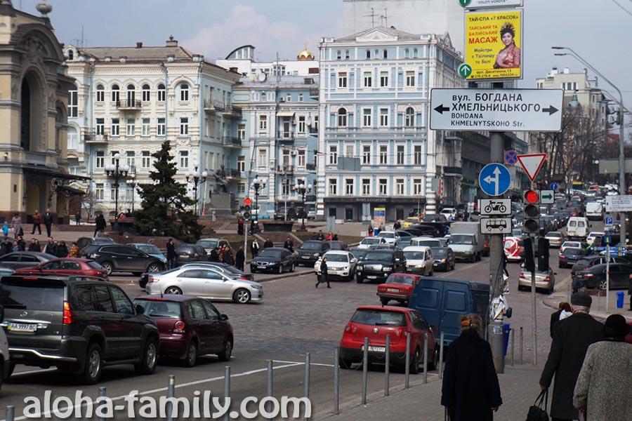 А это у нас что? Реклама тайского и балийского массажа в центре Киева? Они знали! =))))