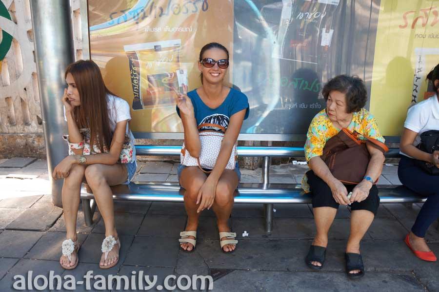 Фотографируемся на остановке в Бангкоке с ледибоем и китайской бабушкой