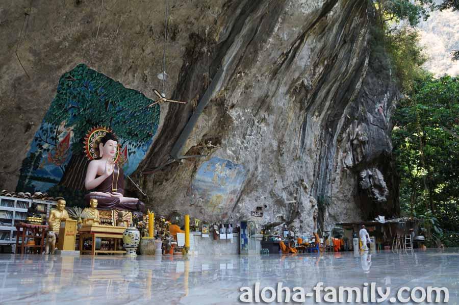 Красивая площадка буддистских монахов недалеко от Tiger Cave в Краби