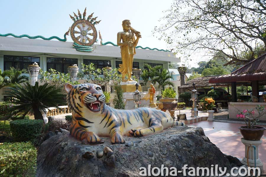 Красивая площадка возле храма Tiger Cave недалеко от Краби Тауна