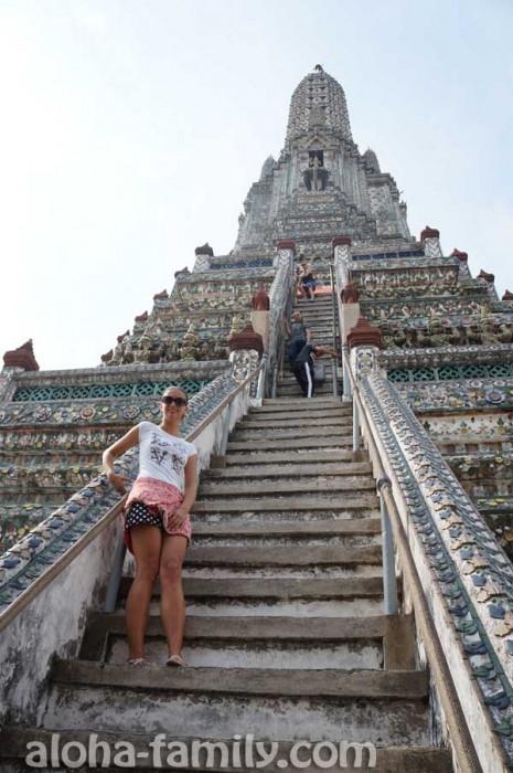 Крутой подъем на Wat Arun