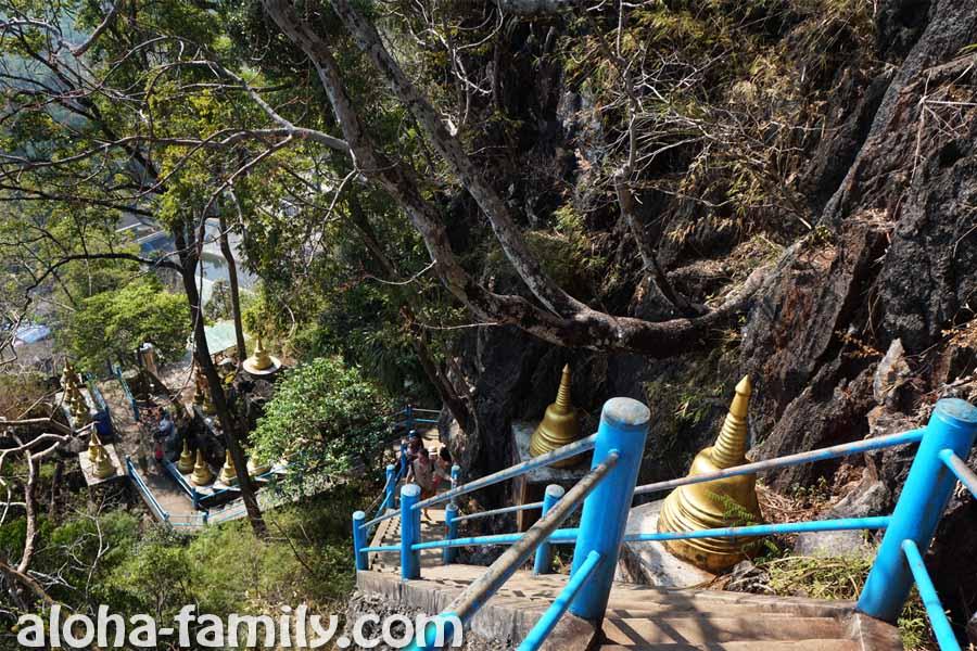Крутые ступеньки на горе Tiger Cave