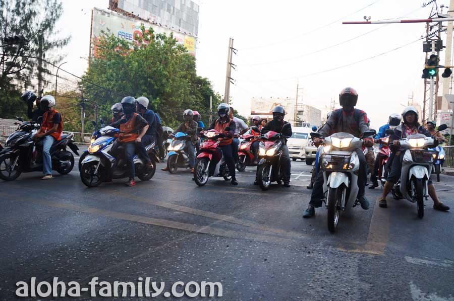 Куча скутеров на светофоре в Бангкоке - по ним в Украине будем немного скучать, но с нашими дорогами это не транспорт =(