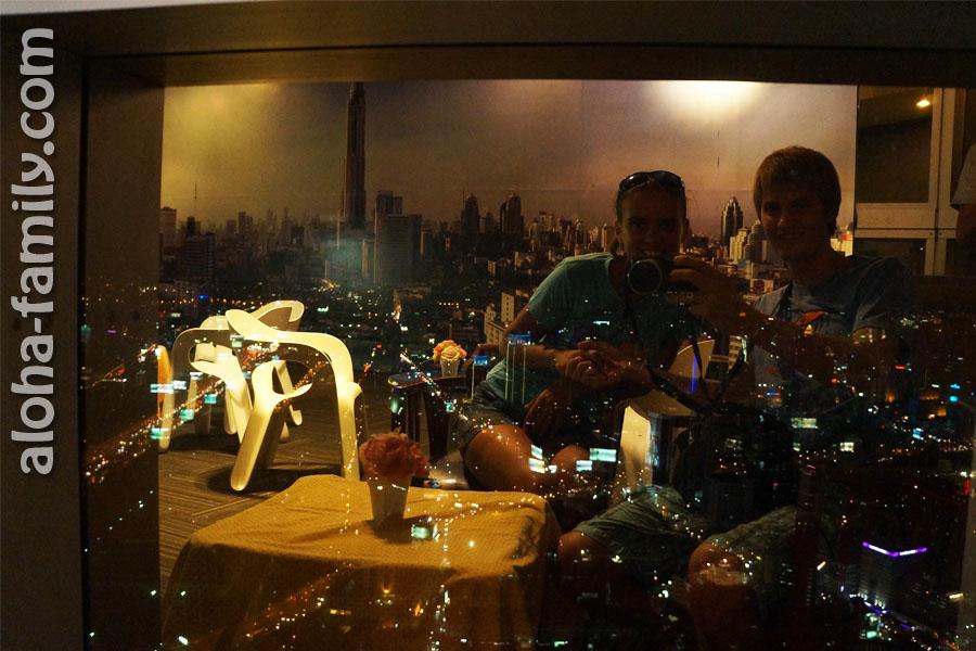 Наши отражения в окне небоскреба Sky Bayoke (спустились обратно на 77-ой этаж)