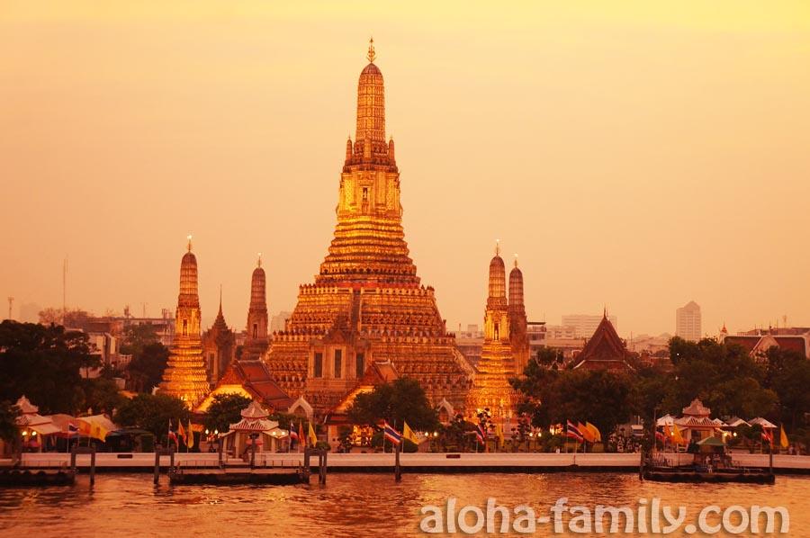 Ослепительный храм Wat Arun в Бангкоке в лучах заходящего солнца