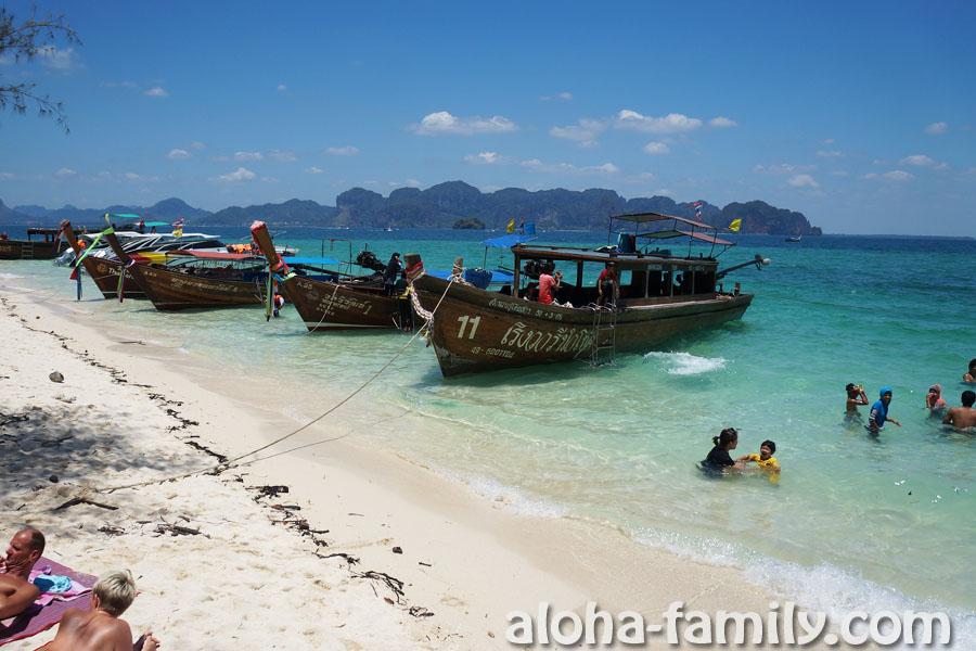 Остров Пода - возле лодок людей много