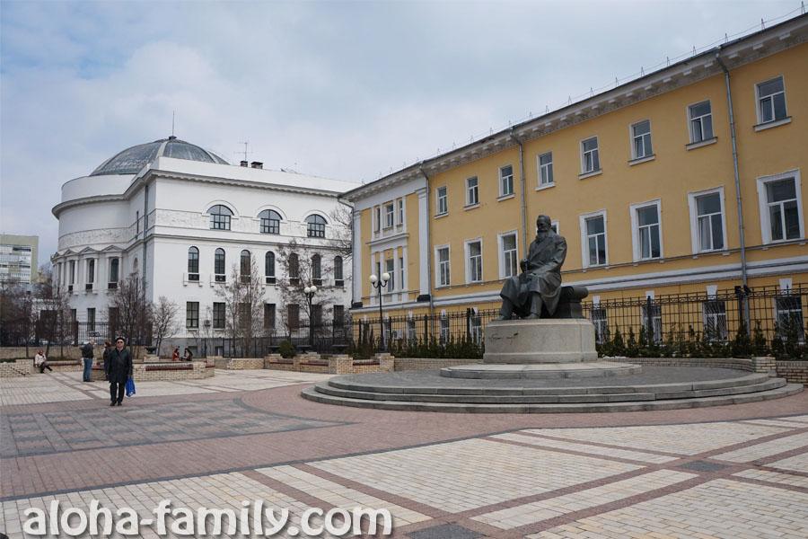 Монумент первому президенту Украины Михаилу Грушевскому и Дом Учителя (беленький))