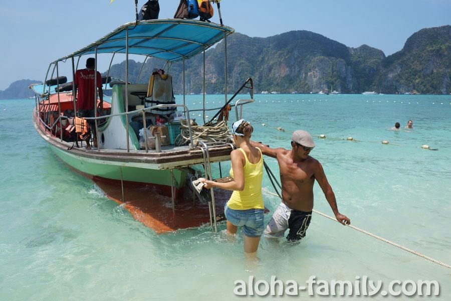 Посадка на борт лодки вокруг острова Пхи-Пхи Дон