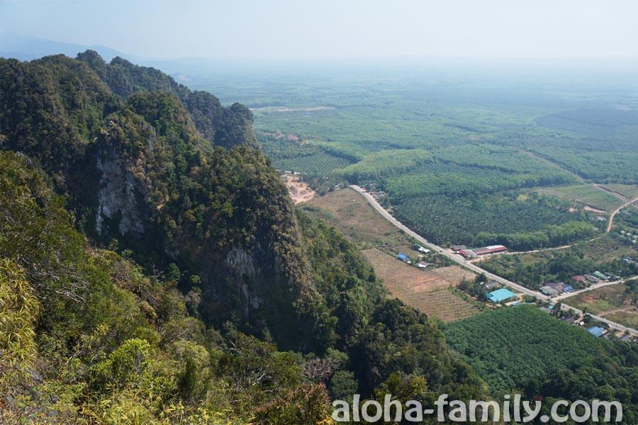 Последние 200 ступенек, и мы окажемся на вершине горы с видом на красивейшую тайскую провинцию Краби