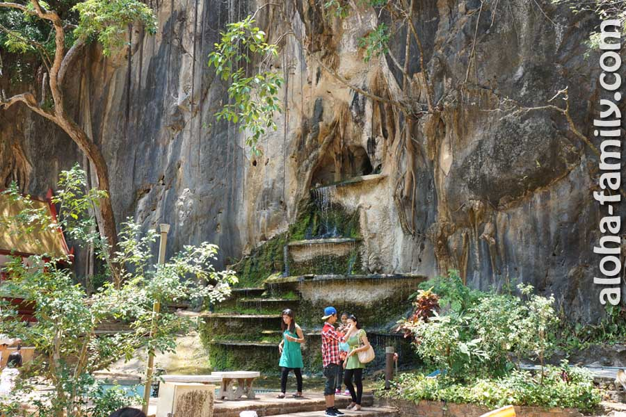 Живописный ручей между храмом Tiger Cave и началом тропы, ведущей к долине тысячелетних деревьев и пещер