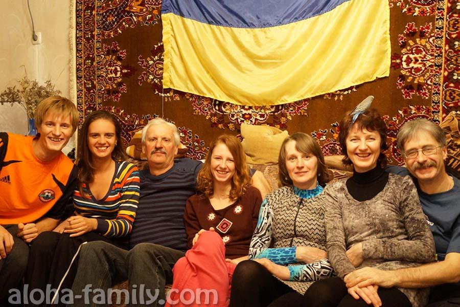 Семейный ужин и фото на фоне ковра)))