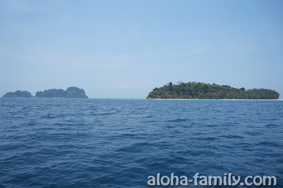 Слева- Mosquito Island, справа - Bamboo Island