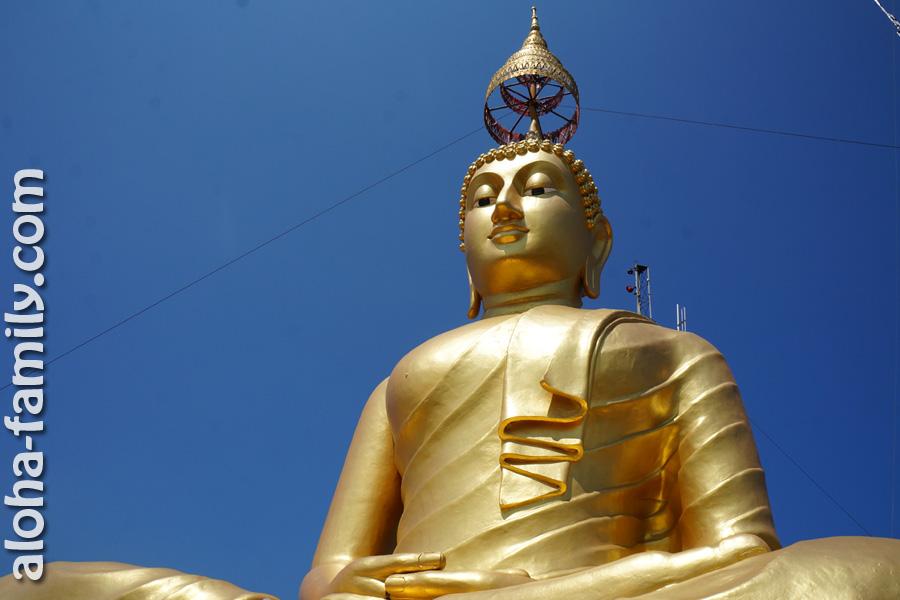 Статуя Будды на вершине горы около Tiger Cave, Krabi