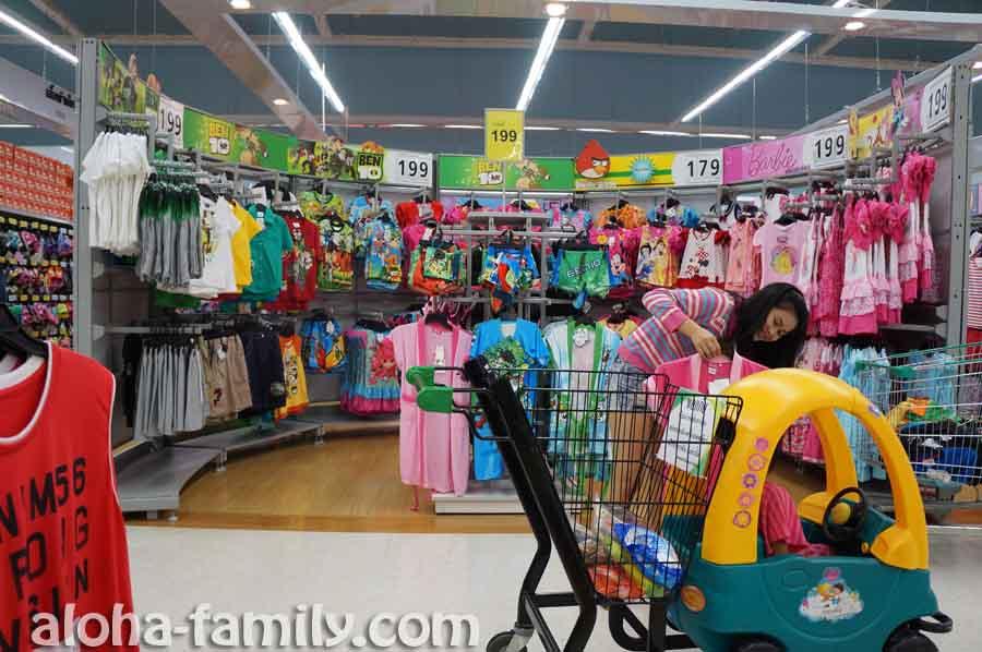 В очередной раз поражаемся дешевизной одежды в тайском супермаркете - покупаем гостинцы и немного одежды почти на последние тайские баты в кошельке