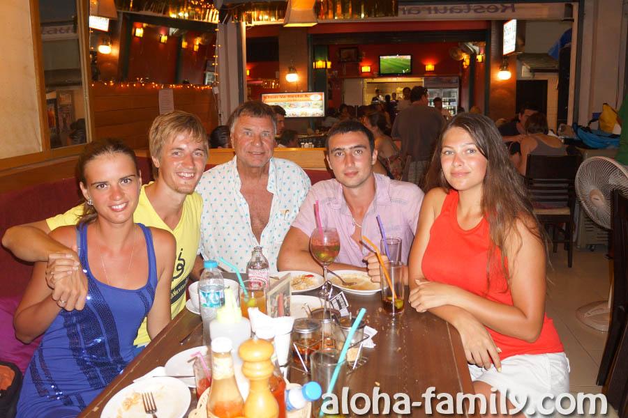 Вечер продолжили в одном из ресторанов на Пхи-Пхи Доне, коих на том острове очень много))