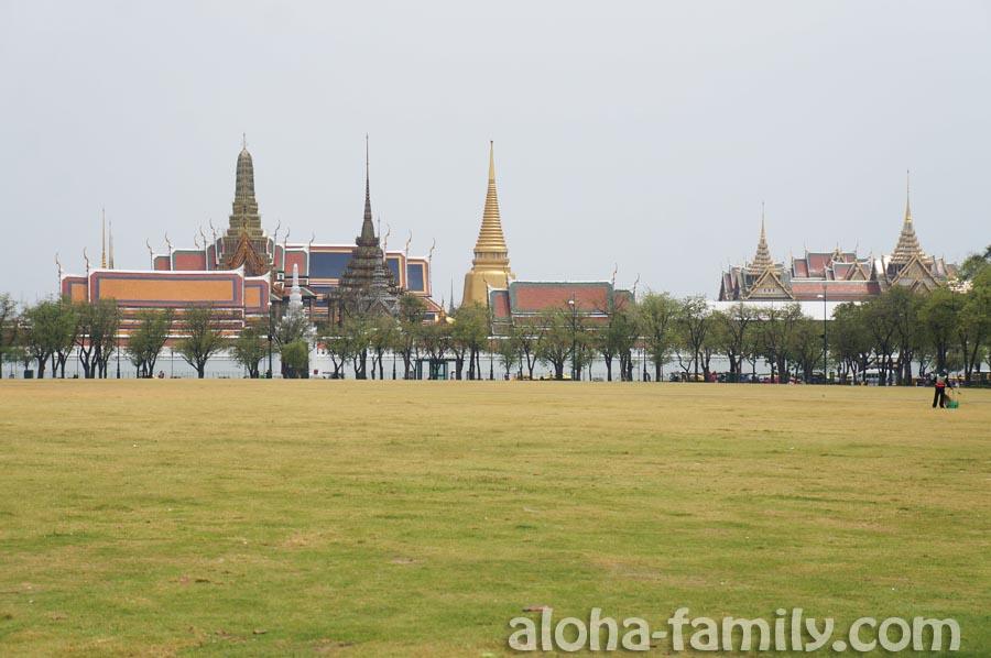 Вид на Королевский Дворец со стороны Sanam Luang park в Бангкоке
