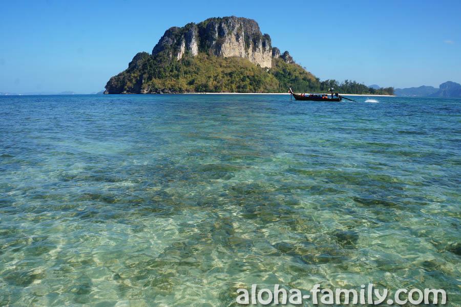 """Вид с Tup Island на соседний остров - дно """"усеяно"""" кораллами и камнями, так что купаться здесь сложно"""