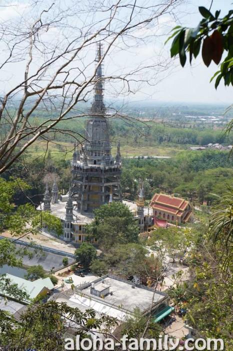 Вид со ступенек на строящееся буддистское сооружение возле Тайгер Кейв