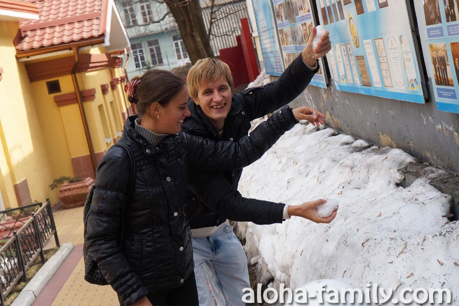 Впервые за год трогаем снег! =)))))