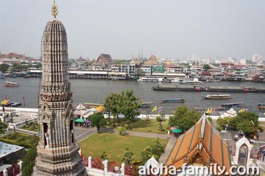Wat Arun v Bangkoke - вид со смотровой площадки на реку