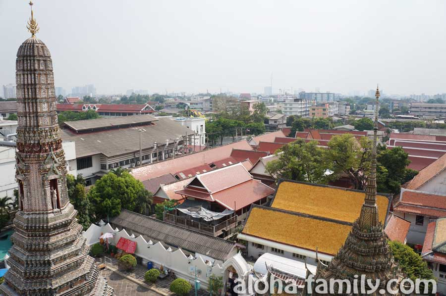 Wat Arun v Bangkoke - вид со смотровой площадки Ват Арун на старый Бангкок