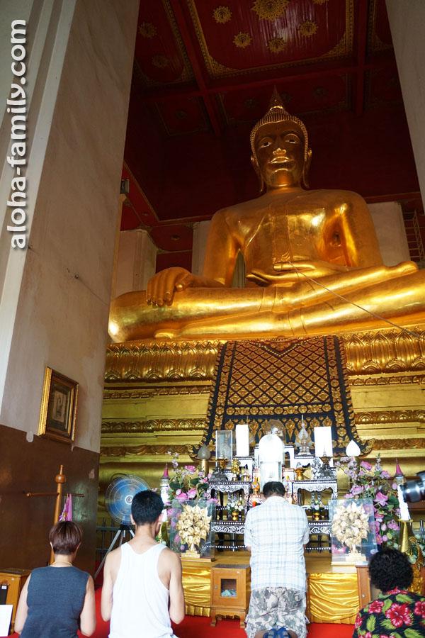 Большой золотой Будда в храме Аюттхайи