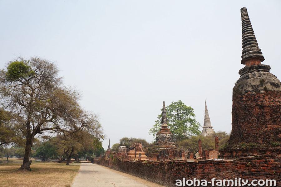 Длинная дорога без тени вдоль стены - Аюттайя Тайланд