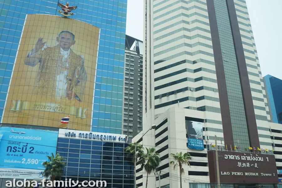 Невероятных размеров изображение короля Таиланда на одном из небоскрёбов Бангкока