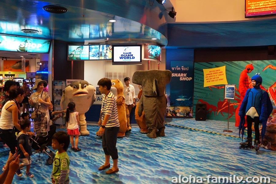 Костюмированное шоу на входе в океанариум в Бангкоке