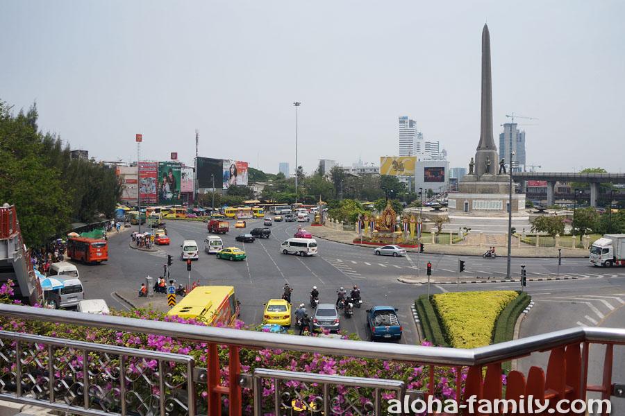 На Victory Monument в Бангкоке большая развязка и очень много автобусных остановок