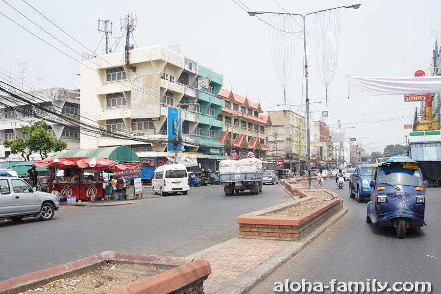 Неуклюжий тук-тук в Ayutthaya