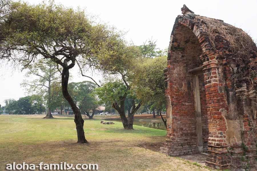 От былого замка возле озера остались лишь эти ворота