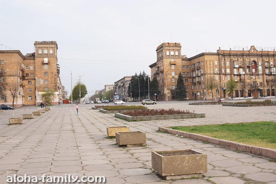 Площадь угадайте-кого возле порта в Запорожье =)