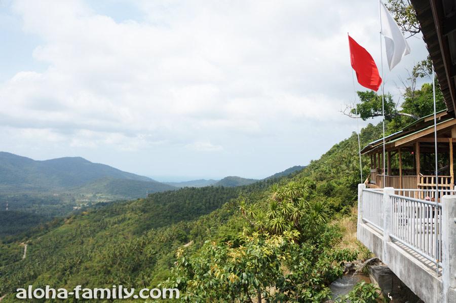 Направо посмотрели и увидели Хуа Танон и восточный берег Самуи, а также собственно смотровую площадку, которая довольно просторной оказалась)