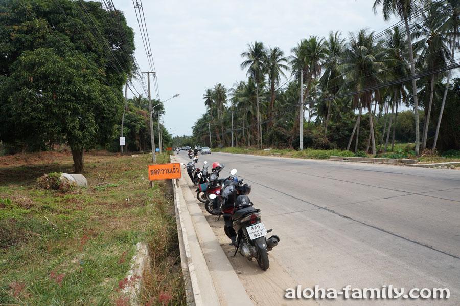 Наш скромный тайский мотопарк - 4 мотобайка - тоже в ожидании обеда)))