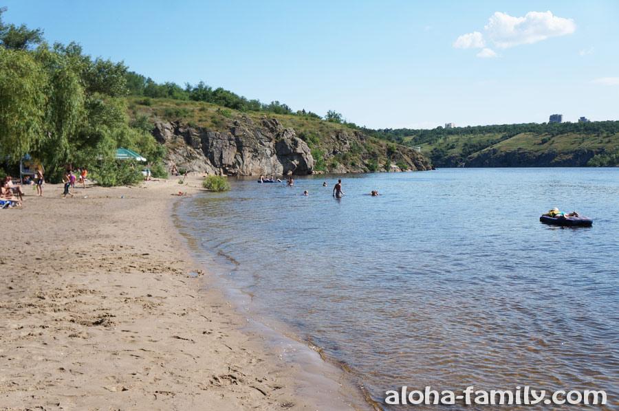 Пляжи острова Хортица довольно красивы - другой вопрос, стоит ли купаться в Днепре... Хотя, желающих хватает!