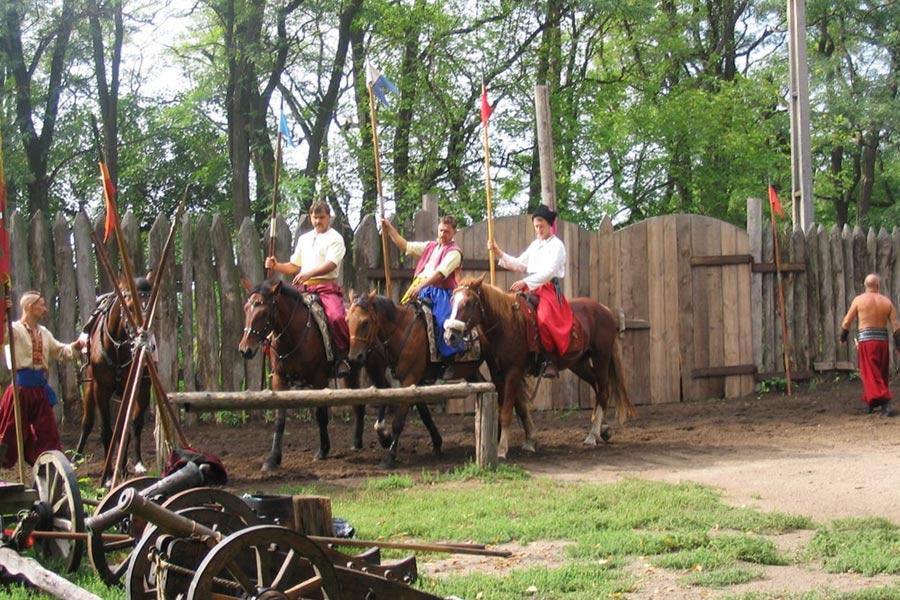 Современные казаки показывают шоу с лошадьми