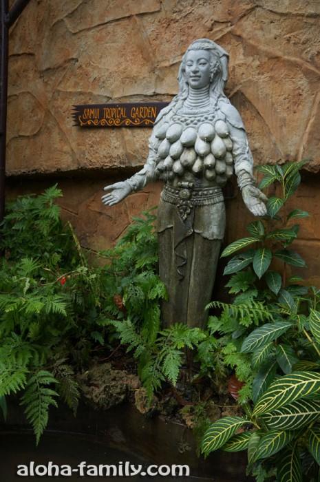 Статуя женщины с множеством грудей на Самуи