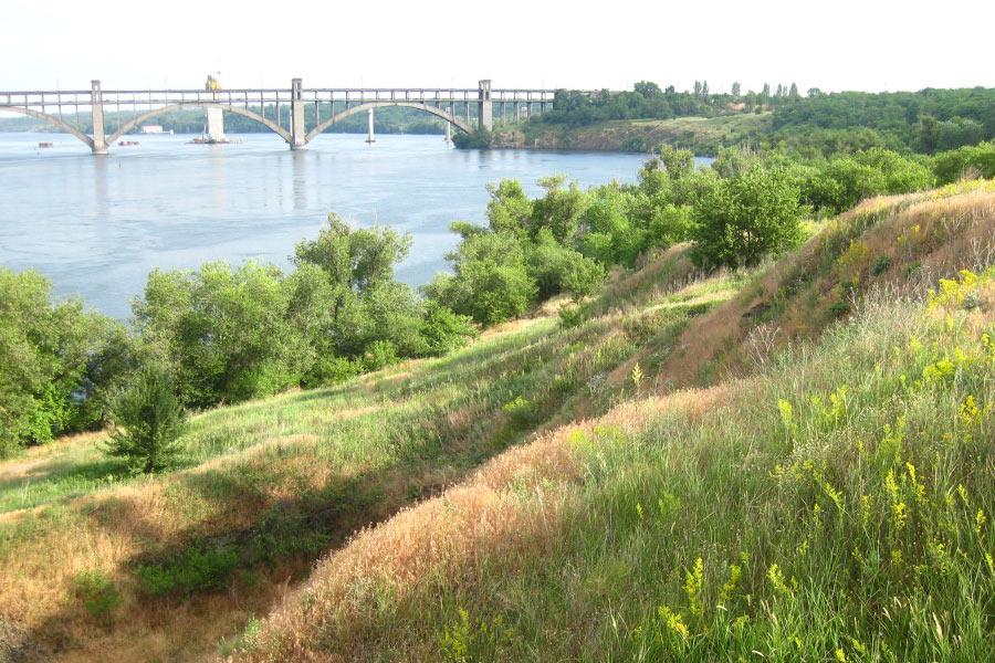 Степной пейзаж на Хортице, Преображенский мост и строящийся мост на дальнем плане