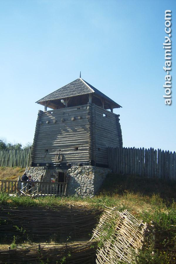 Запорожская Сечь была настоящей крепостью, обнесённой 10-метровым забором и глубоким рвом